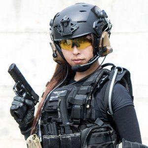 ヘルメットを装着したサバゲーマー